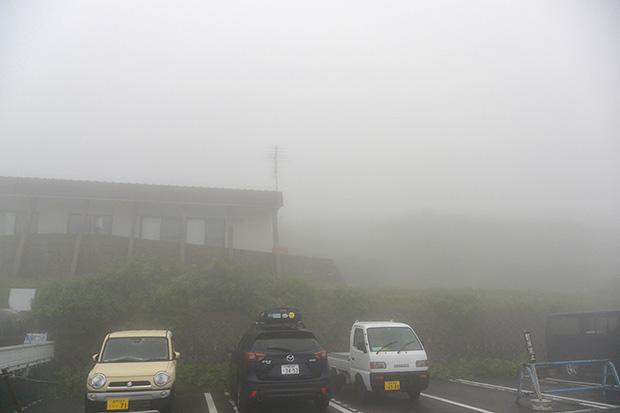 霧に包まれた月山レストハウス