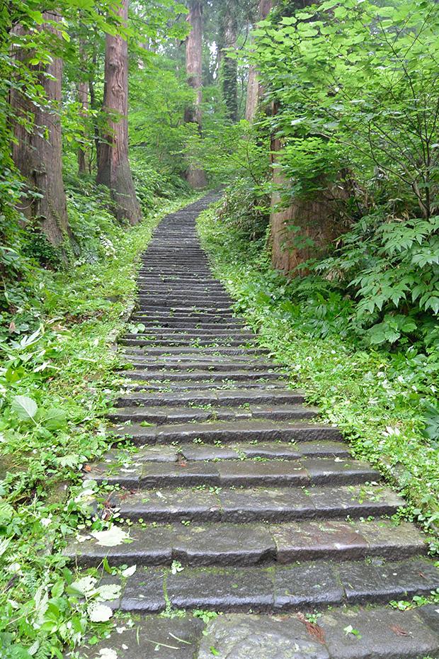 羽黒山・三ノ坂の先の坂