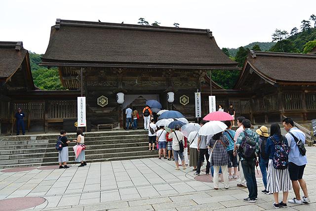 拝殿後ろにある八足門