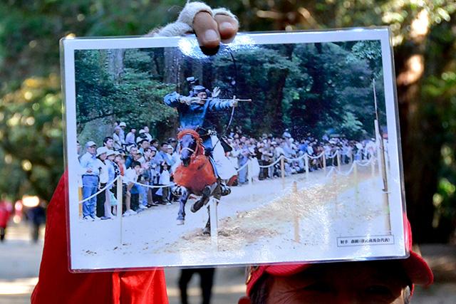奥参道で行われる流鏑馬の写真