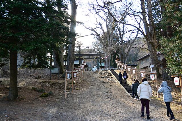 上社・前宮の坂道のような参道