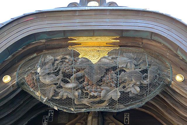 酒列磯前神社・拝殿のリスとぶどうの彫刻
